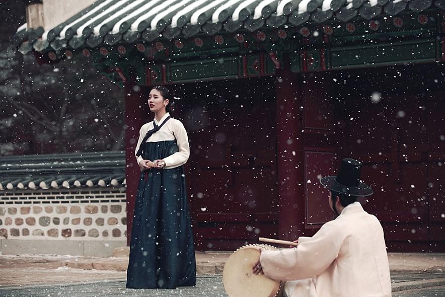 秀智則是去年主演真人真事改編的古裝電影《桃李花歌》,生動演技獲得了人氣女演員獎