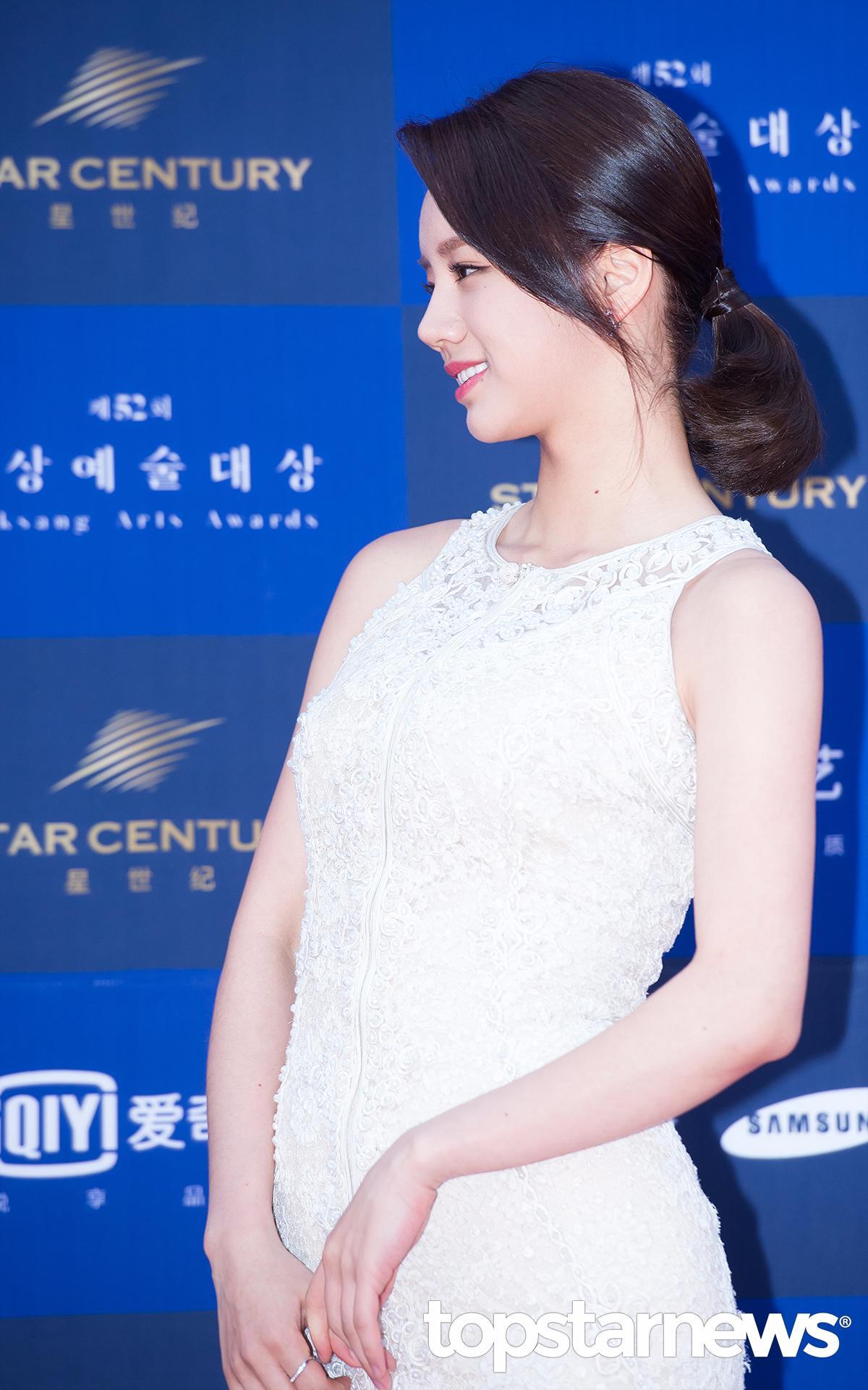 然而在6月4日舉行的《第52屆百想藝術大賞》中,以「女子新人演技賞」及「女子人氣賞」被提名的惠利,身穿白色長禮服驚豔許多網友…