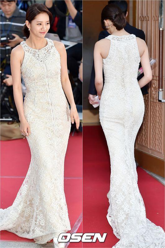 這套禮服的設計凸顯了惠利的臀部曲線,就因為這凹凸的曲線,讓網友們驚豔「原來惠利的身材是這個程度的?」這完全是超吸引男性視線的曲線啊!
