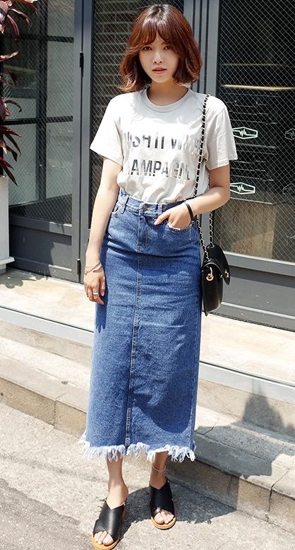 ★牛仔長裙 對腿部比較沒有自信的女孩可以穿牛仔長裙,稍微挑選合身一點的才是今年的重點款式 ! 簡單穿上T-shirt就很好看