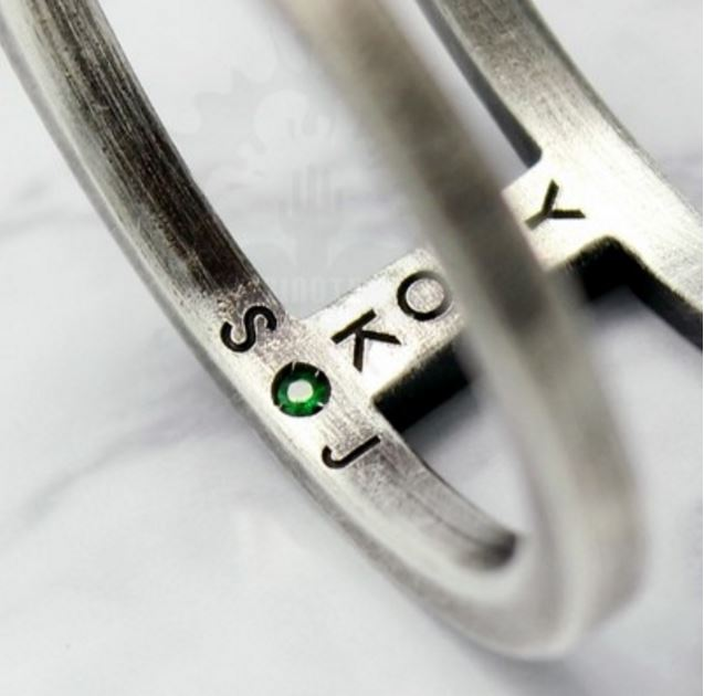 直到訂製這只戒指的公司在部落格上公開戒指背後的故事,才讓粉絲大喊星材真的是讓粉絲感動的暖男。因為戒指內緣除了有星材生日當天的誕生石還有自己名字的縮寫外