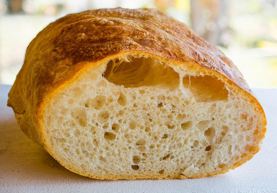 ◆白麵包 白麵包是用去除了穀物外殼即麥糠的精白面製作而成的。穀物中含有的粗纖維成分也因此大量流失。因為粗纖維有增加飽腹感的作用,所以進食去除麥糠的穀物自然就會吃得多。