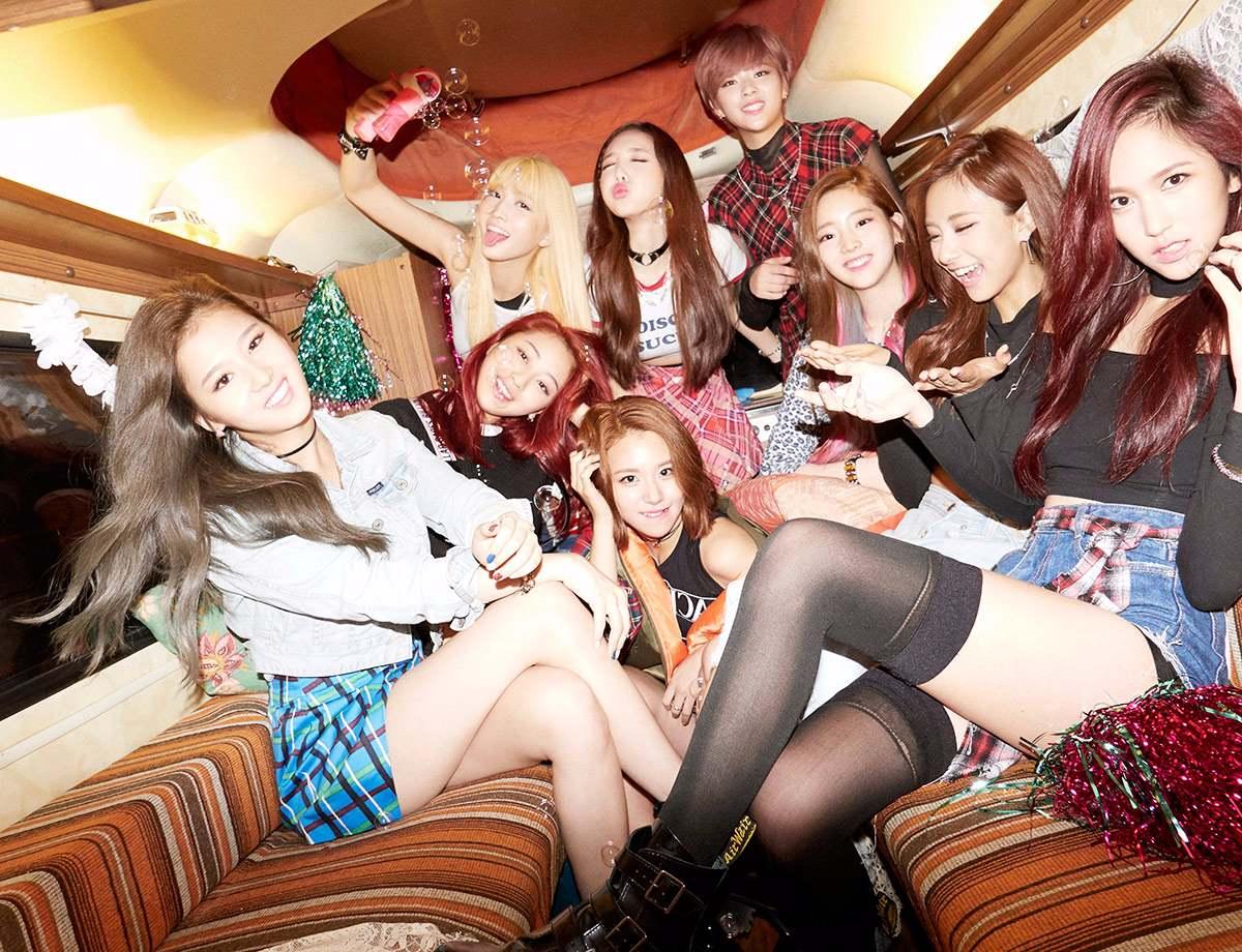 No.7 TWICE 首張迷你專輯《THE STORY BEGINS》(2015) 銷售量:49,904 目前總銷售量:67,149 你沒看錯!TWICE是新人女團中首先上榜的,你就知道不是我們愛報TWICE,她們在韓國真的很有人氣(跟買氣)啊!總銷售量甚至緊追iKON之後啊!