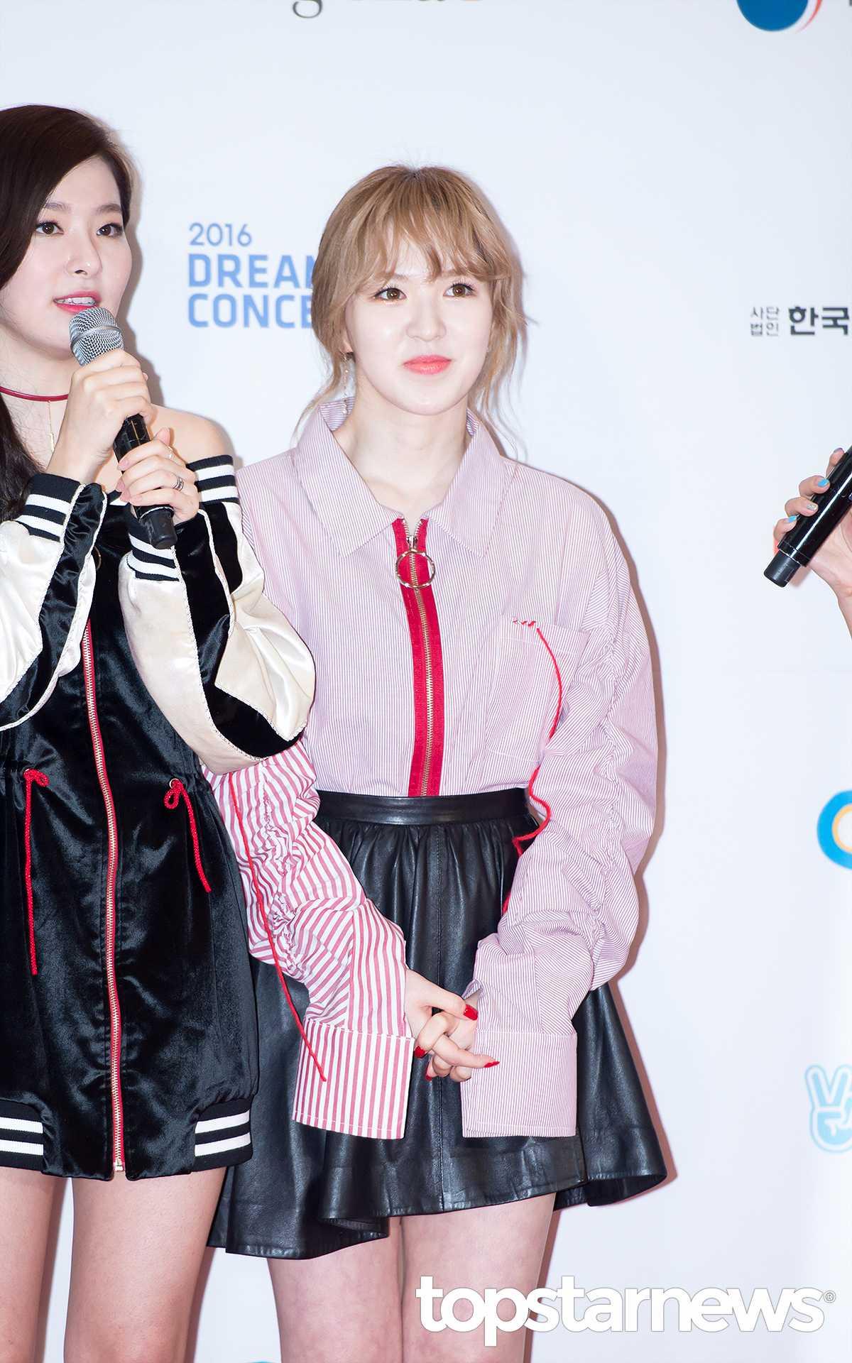接下來是Wendy~這套雖然好像蠻可愛的,但是袖子為什麼這麼長啦?手不是在正確的位置伸出來欸XD