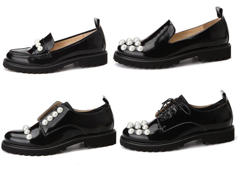 ◆平底皮鞋 最後摩登少女要介紹的是平底皮鞋,黑色亮皮材質的平底皮鞋配以白色珍珠設計,帥氣中還帶著淑女風,連太妍也穿過喔:-O