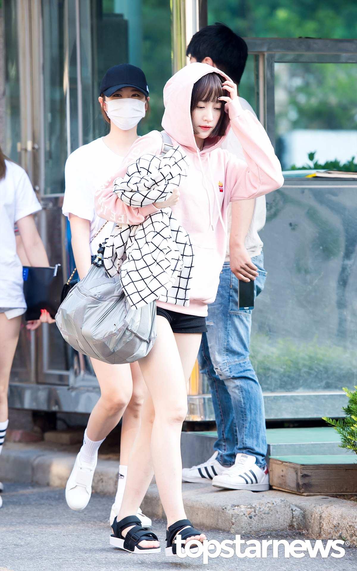 ◆哈妮 最近暴瘦的哈尼也選擇了非常保守的穿搭,粉嫩的帽T,也是大學生們的必備單品,配短褲和今年韓國大熱的寬帶帆布涼鞋,看起來超沉重的大包包也非常顯眼。