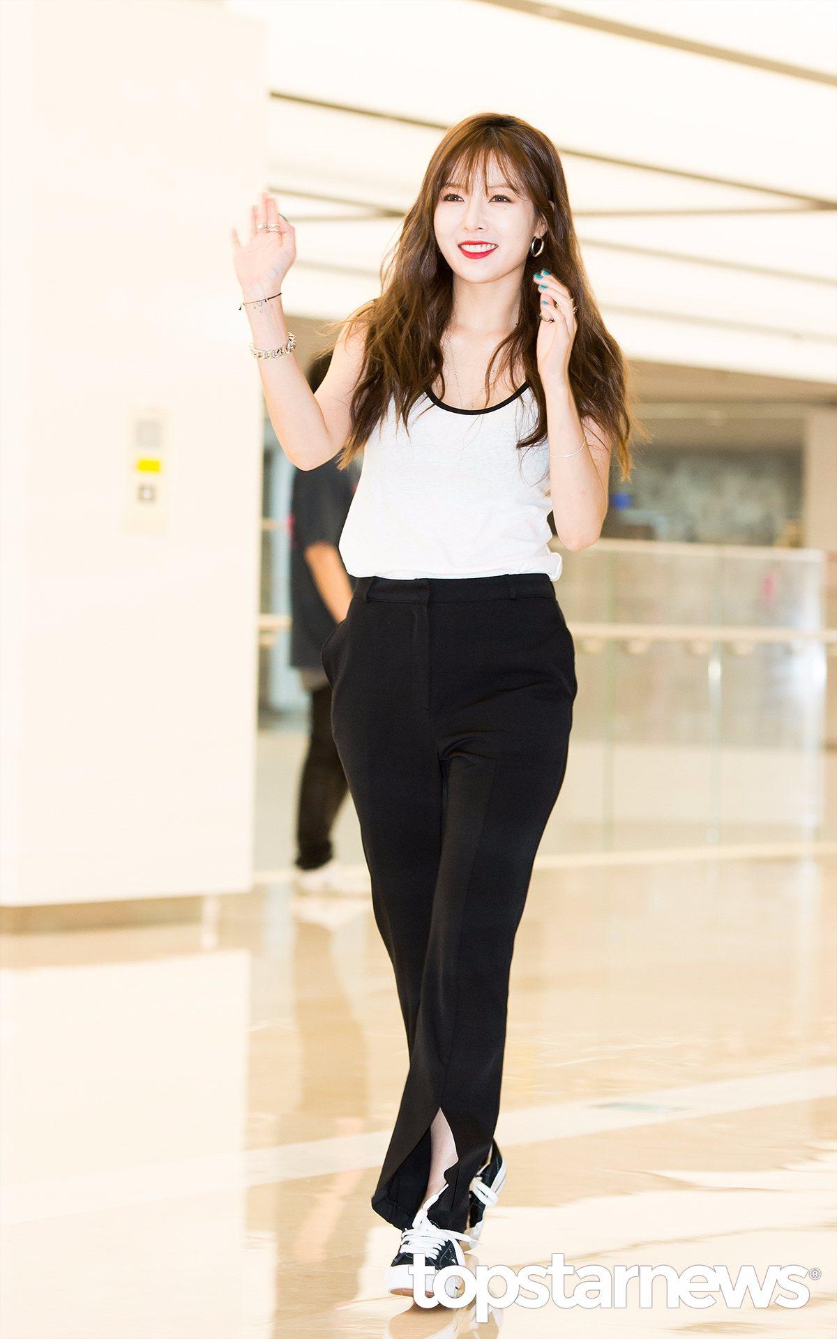 泫雅的這款褲腳處開口設計的喇叭褲非常特別,休閒款的無袖T搭偏正式款的西裝褲,如果配上高跟鞋也非常適合上班族。