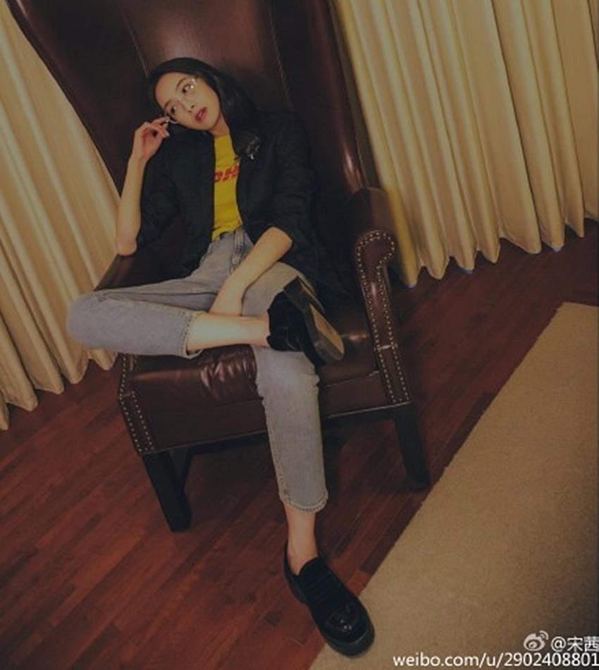 近幾年越來越展現時尚品味的宋茜,也穿過這件衣服拍攝雜誌照! (是說這張氛圍也太帥了吧♡♡♡♡♡)