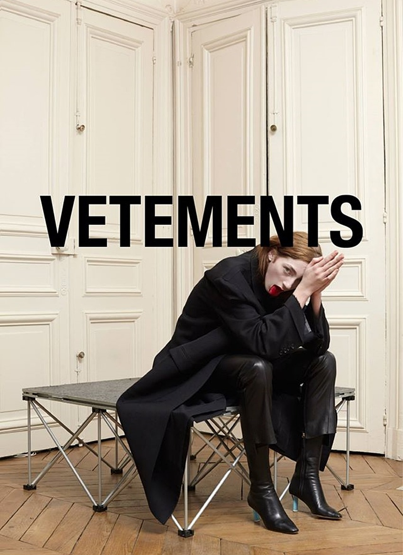 說到這款惡搞貨運DHL的上衣,其實是來自法國品牌Vetements 這個牌子的特點就是個性、大膽,以另類的前衛風格走紅