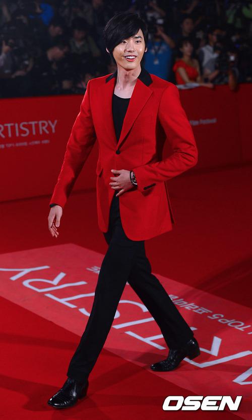 李鍾碩一開始則是在電視劇《祕密花園》演個同性戀小配角,目前演藝資歷6年