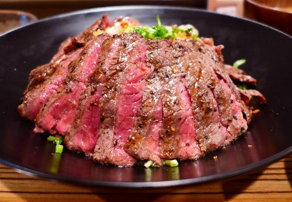 首先要跟大家上的是 「血氣」滿滿的rare 系列牛排蓋飯... (聽到吸血鬼們舔牙齒的聲音了XD)