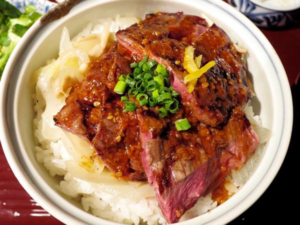切塊,放在米飯上,裝盤上桌..(¯﹃¯)