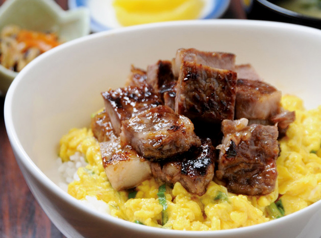 如果你覺得只吃牛排蓋飯還不夠的話,,, 你也可以點像圖片這樣的煎蛋牛排蓋飯.....