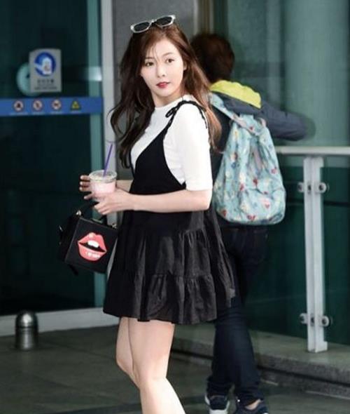 細肩吊帶裙 + 白T,演繹出濃濃的少女感~ 印唇手包更是突顯不拘一格的時尚個性!