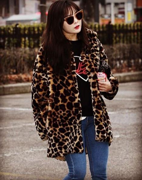 豹紋外套 + 同色系墨鏡 霸色泫雅大姐氣爆棚 (這樣的打扮應該不是誰都能駕馭的)