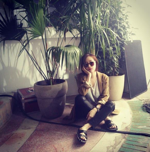 棕色外套 + 淺色T恤 + 皮質拖鞋, 搭配自然舒適,非常適合輕熟女一族~