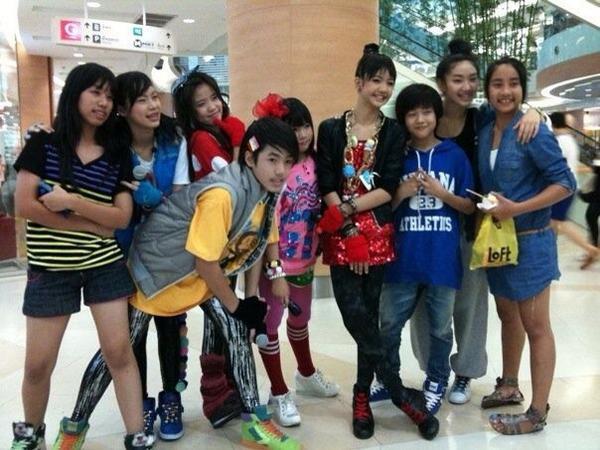 因為他們在泰國的時候,都是隸屬舞團We Zaa cool~Bam Bam那時候還是小矮個(藍衣),Lisa則是Bam Bam旁邊那個紅洋裝梳包頭的女生(是說臉也太小了吧)