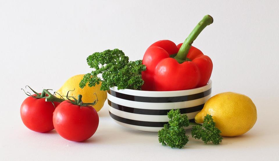# 補充維生素 除了多吃蔬菜和水果,可以適當補充維生素類藥品。維生素C能抑制色素沉澱,排除熬夜後肌膚組織中的毒素;維生素E能抵禦自由基,使肌膚中的血液明亮乾淨;維生素A可以改變老化的膚質和黯淡膚色。