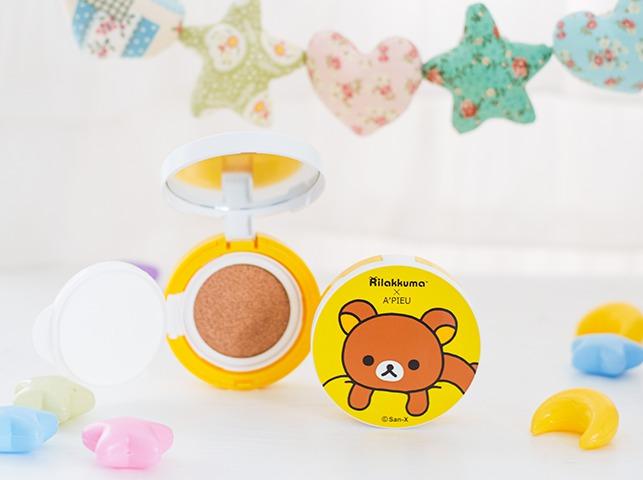 跟去年小叮噹的概念很類似,首先推出氣墊粉餅和氣墊腮紅~這款是氣墊粉餅的外殼,趴在枕頭上的懶懶熊是不是超可愛啊!