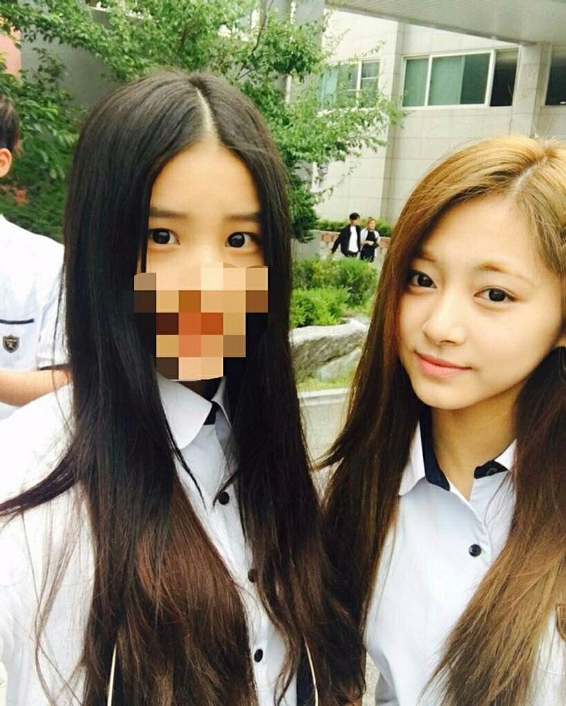 不過最近在網路上流傳一張子瑜和同校同學的制服照,看來雖然要準備專輯又要跑行程,前一段時間的子瑜雖然忙個不停,但學校生活也兼顧得很好呢!而且更讓韓國網友驚豔的是,子瑜穿著制服,幾乎是淡妝素顏的樣子也還是好可愛啊!