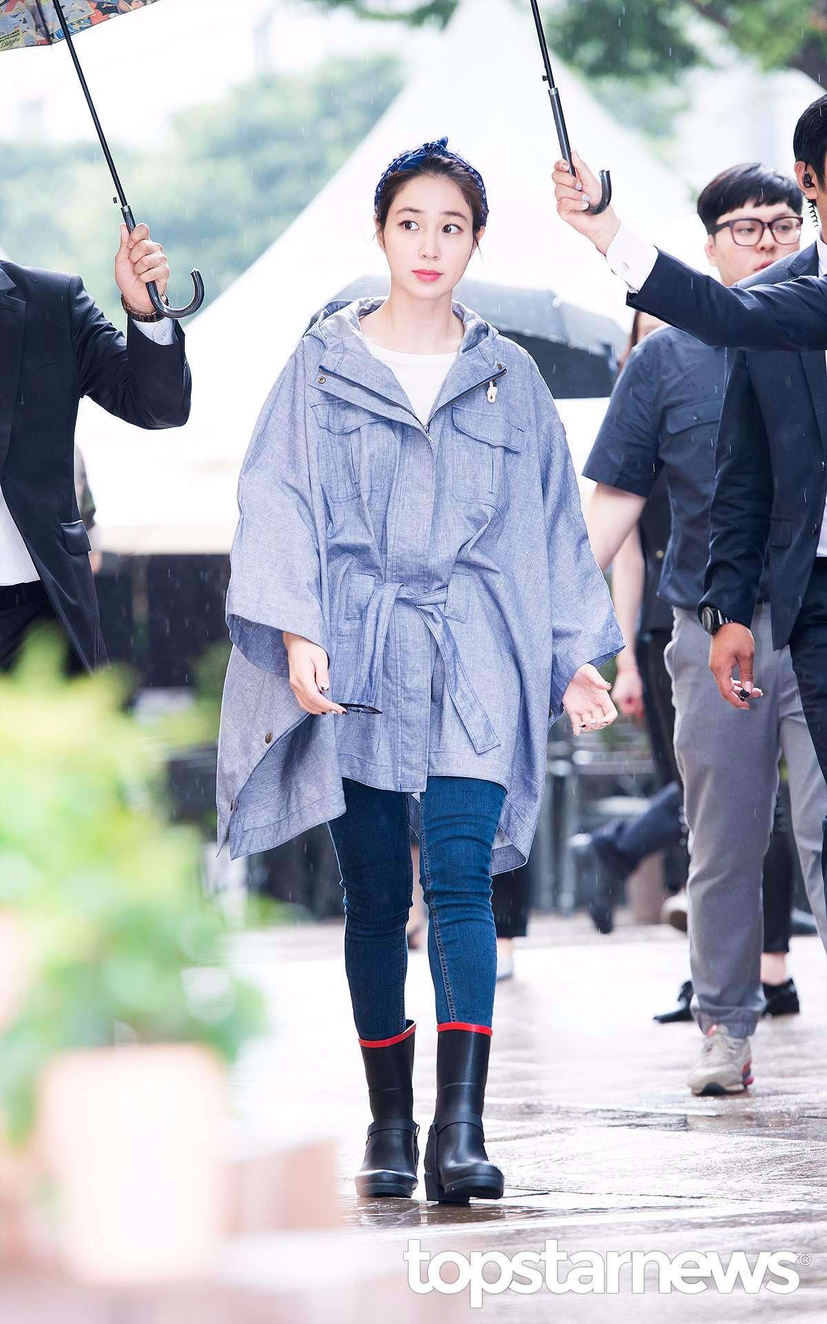 網友紛紛留言 -「穿斗篷式的風衣還能有這樣的好身材!」 -「能夠救活這件衣服的人應該也只有李珉廷了吧!」 -「果然時尚的完成度是靠臉....」