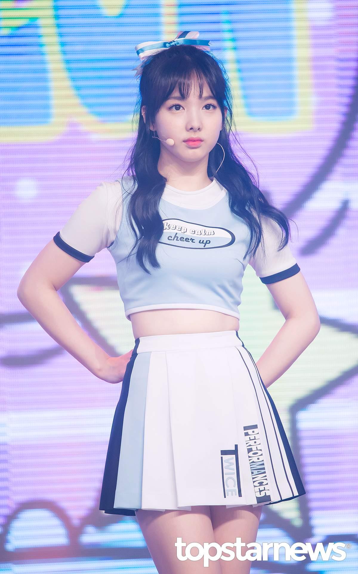 一直以來都以可愛的瀏海造型出現在舞台上的娜璉~~眼尖的粉絲有發現嗎~~ 最近,娜璉似乎換了新髮型囉~~