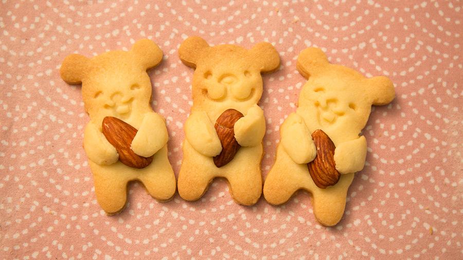 我們做了很多形狀的小熊 像這樣兩手懷抱杏仁的姿勢最穩定....因為