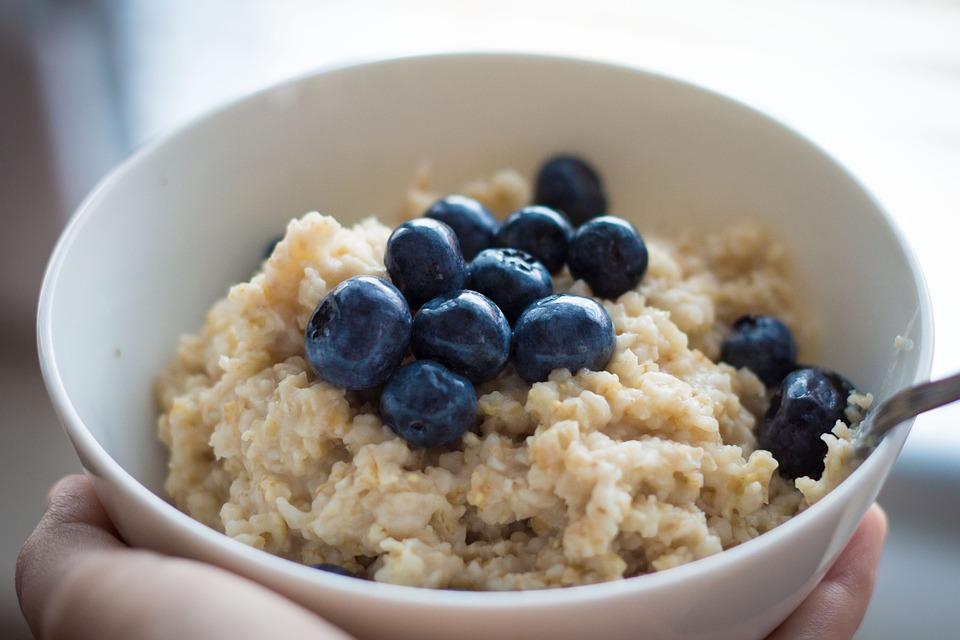 ✪ 在米飯裡加點「膠」 燕麥、大麥等主食含有膠狀物質,它們屬於可溶性膳食纖維,在米飯裡添加點燕麥等,可以提高米飯的黏度,還可延緩消化速度。