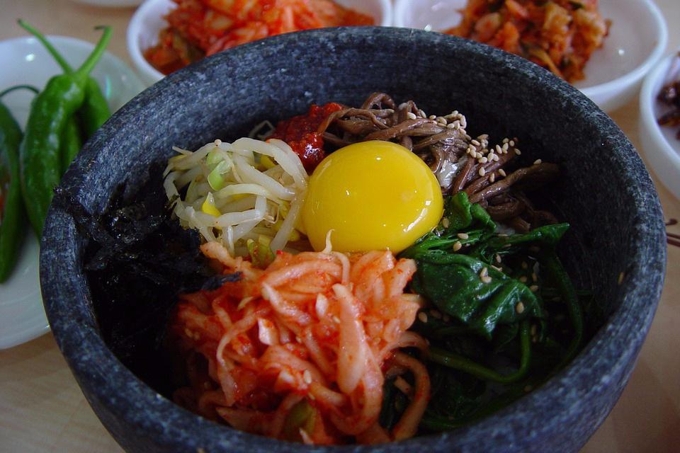 ✪ 在米飯裡加點菜 蔬菜中的纖維素和植物多糖能增加米飯體積,蔬菜中的水分還可稀釋熱量,能延緩胃排空!米飯配一些蘑菇、海帶、蕨菜等高纖維蔬菜,既好看,又能提高飽足感。