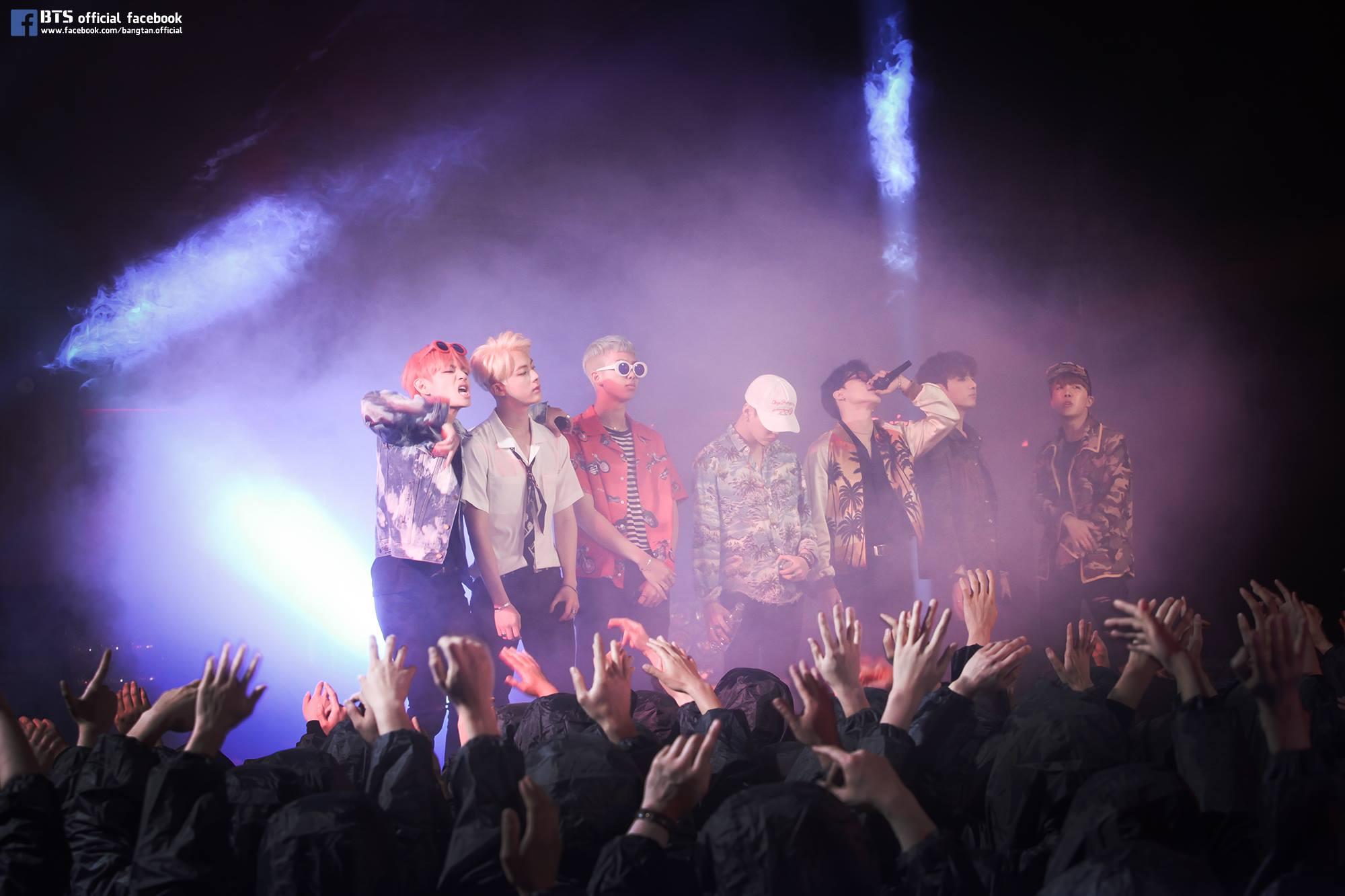 正在舉辦亞洲巡迴演唱會<花樣年華 on stage : epilogue>的他們,演唱會的門票也銷售一空~