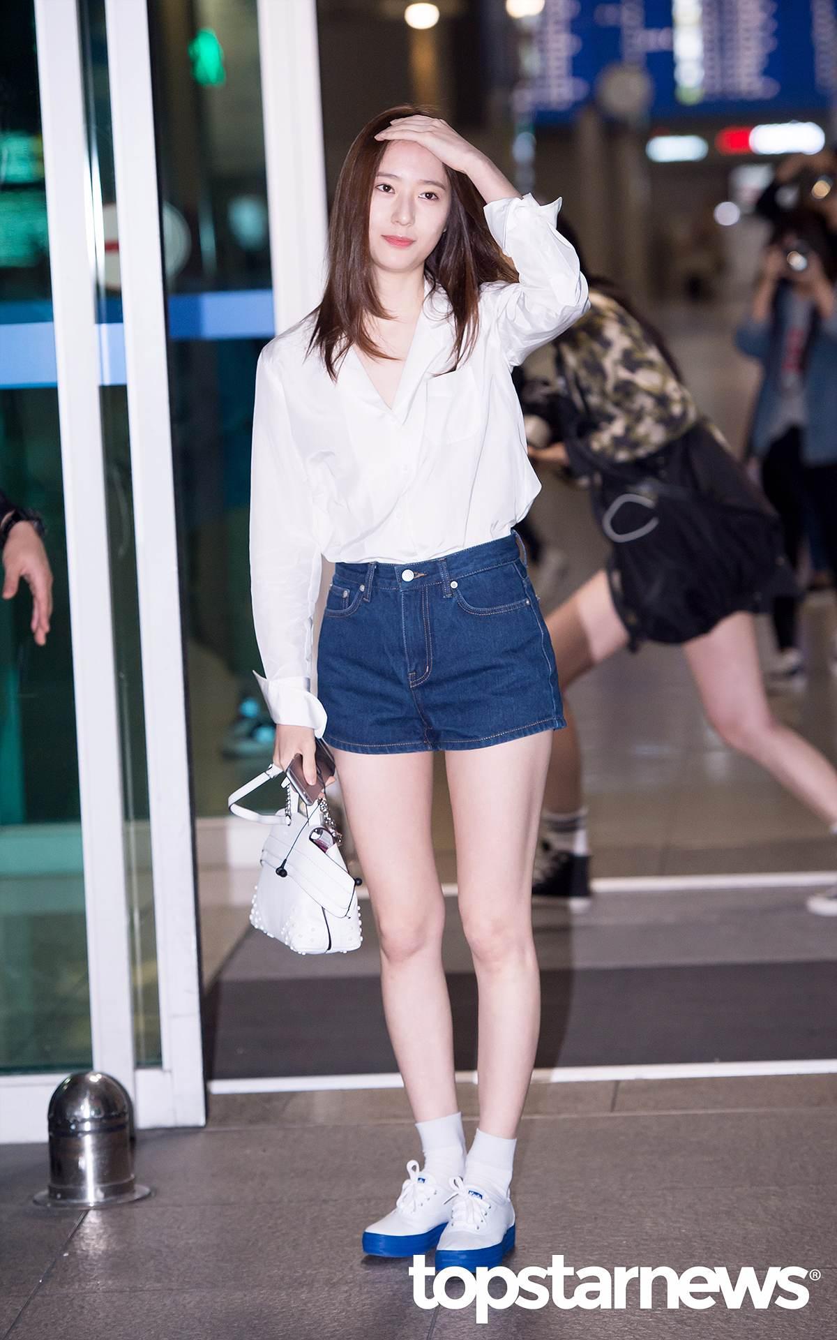 即使搭白襯衫配牛仔短褲,也能像走伸展台一般時尚!