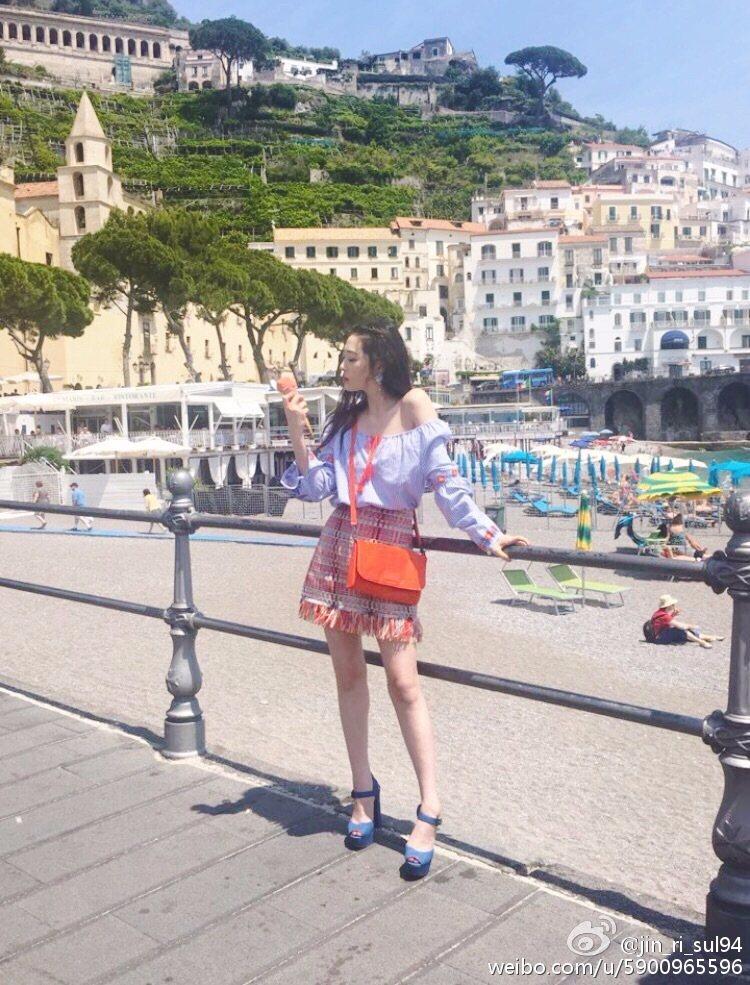 前往義大利拍雜誌《CeCi Korea》7月號的側拍,小露香肩的雪莉!在這張照片裡重點是腿的比例 !