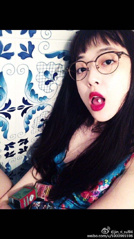 圓框眼鏡配上呆萌的劉海,這是只有雪莉獨特的小性感!(小編也想吃糖果,可以分我一顆嗎...)