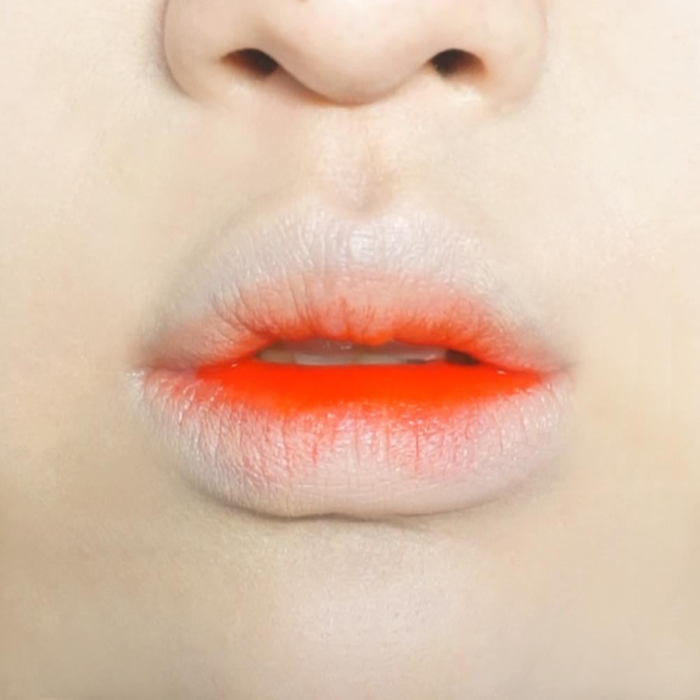最重要的是一定要適量!!!塗太多稍後會跟口紅分離!!!變得亂糟糟的!!!偽少女打理好了的嘴唇(記得是1/3哦),,,稍稍塗抹一點口紅的樣子~