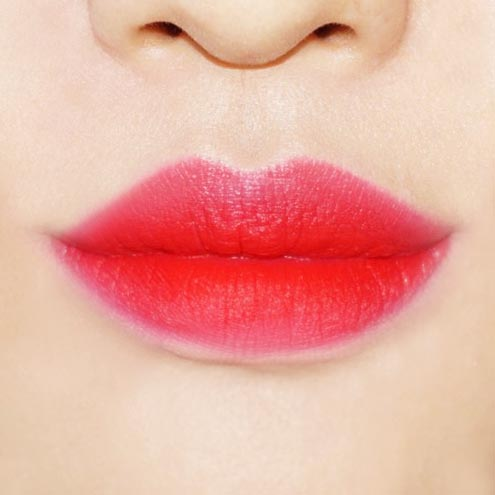 如此這般飽滿唇妝完成!!! 如果有需要修整的部分的話,用棉棒輕輕地擦掉,然後在上面輕輕差一點遮瑕膏。