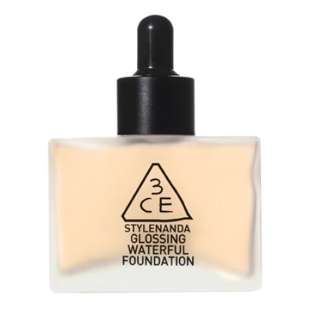 ▲3CE  GLOSSING WATERFUL FOUNDATION 台幣943元 這款的保濕效果極佳!不管冬天還是夏天都能夠讓肌膚與底妝相當貼合~不容易產生浮粉的情形,並且能夠帶給肌膚自然的光澤感。