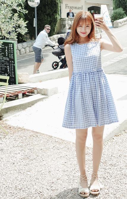 ♫ 洋裝 說到氣質穿搭絕對不能少的就是小洋裝啦~ 選擇水藍色款式配上格子花紋就是夏天最好看的搭配了