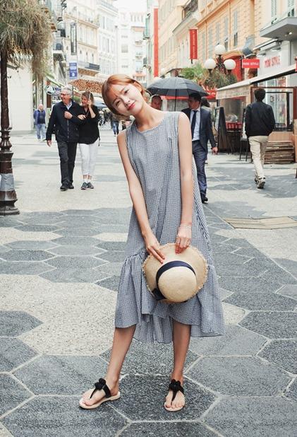 長洋裝也是能瞬間增加氣質的必備單品 ! 加上草帽讓妳在度假時也能美美的