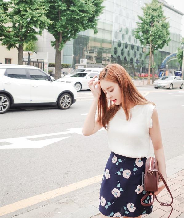 大朵花紋的碎花裙不但不會顯老,反而還增加幾分少女的感呢
