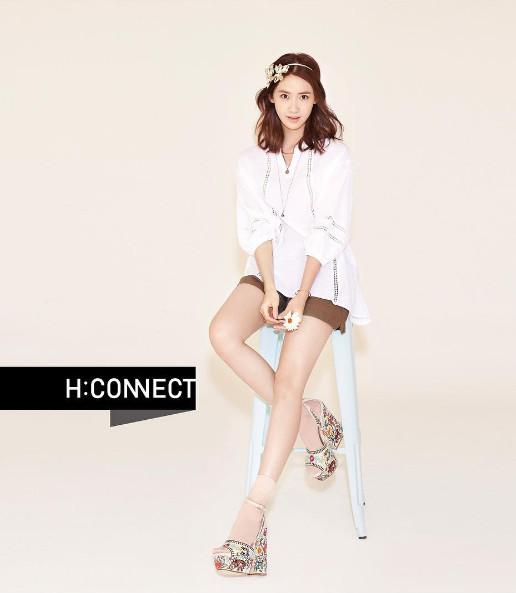 ◆波西米亞風是經典 鏤空的雪紡衫,加上印花坡跟鞋,再融入充滿當代元素的襪子搭配起來,細細地演繹出了60年代的摩登復古。