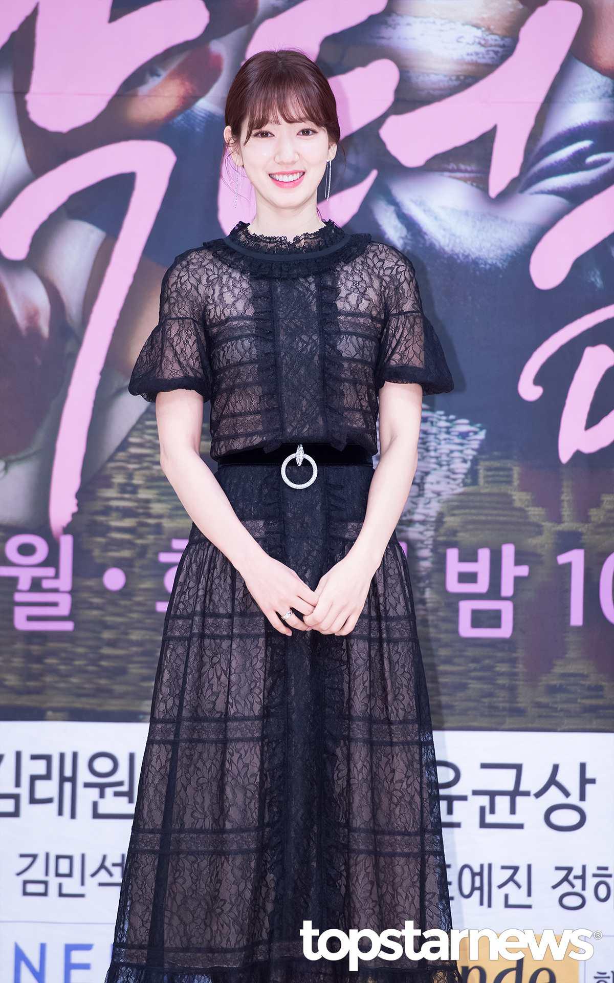 當天朴信惠穿的飄飄蕾絲裙感覺很符合朴信惠漸漸邁向輕熟女的形象,若隱若現的~