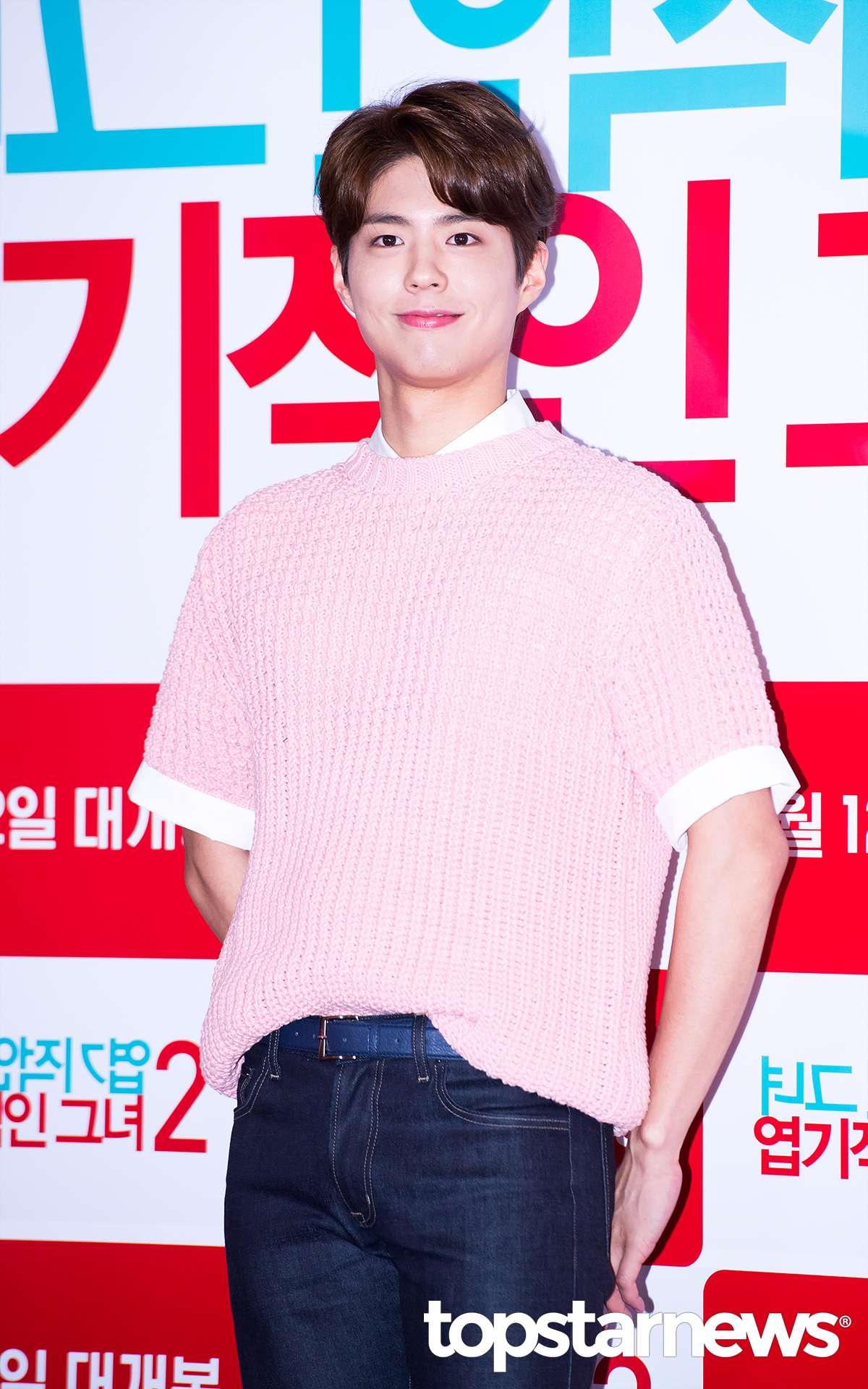 他怎麼可以連女生也超難駕馭的粉紅色毛衣都穿得那麼好看!!