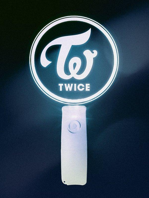 而第二張迷你專輯《PAGE TWO》Showcace 的手燈則印有她們的 Logo。