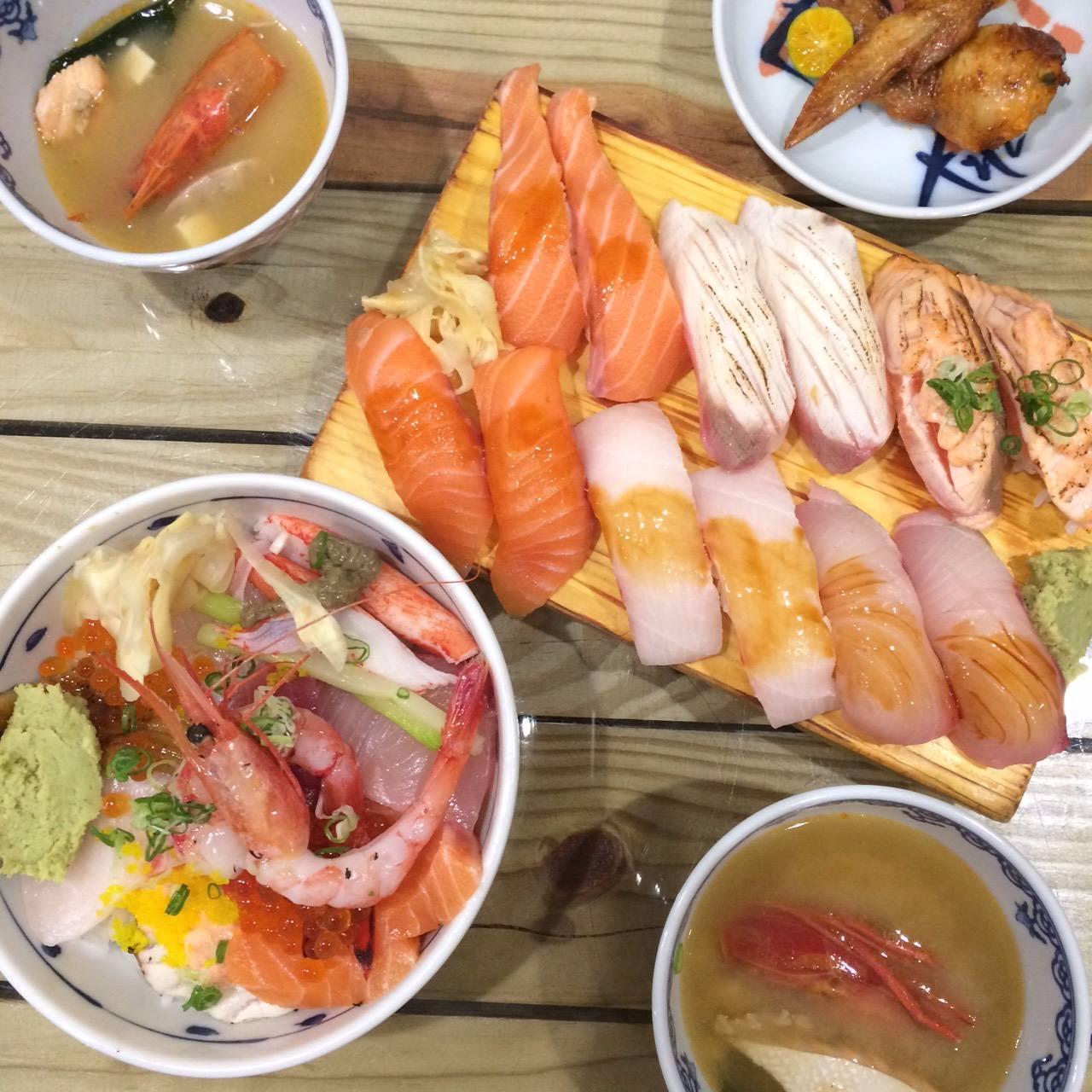 除了丼飯之外,手握壽司更是一絕,尤其是鮭魚~真的是吃一口就在嘴裡融化啦~~
