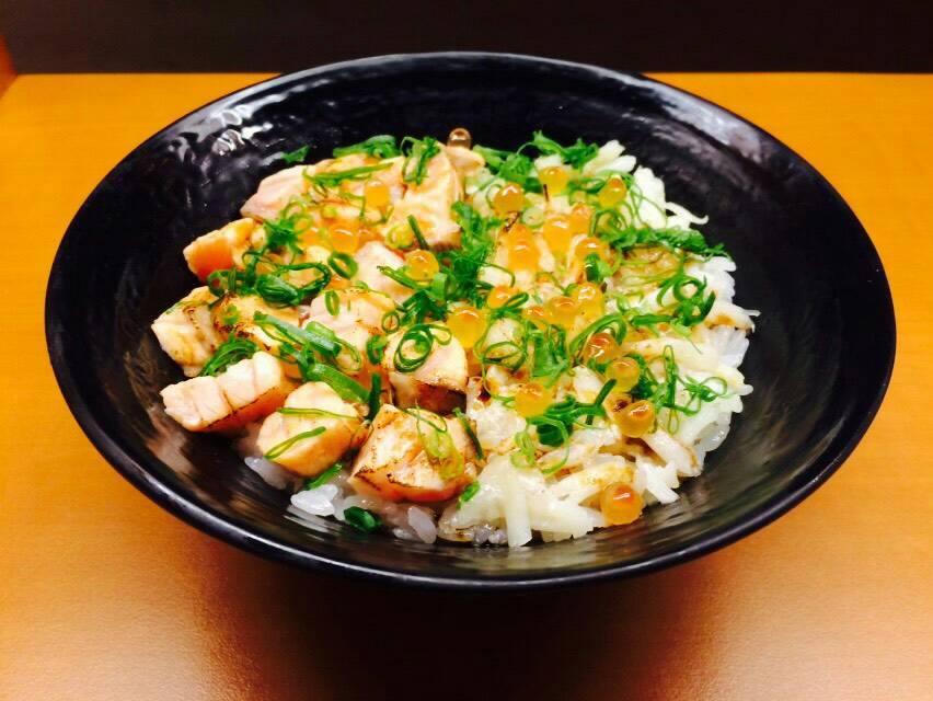 這個炙燒比目魚鮭魚雙拼丼飯是飽兒非常喜歡的~因為它一次可以吃到兩種魚感覺很划算,而且炙燒的料理多了一種香味,非常誘人!