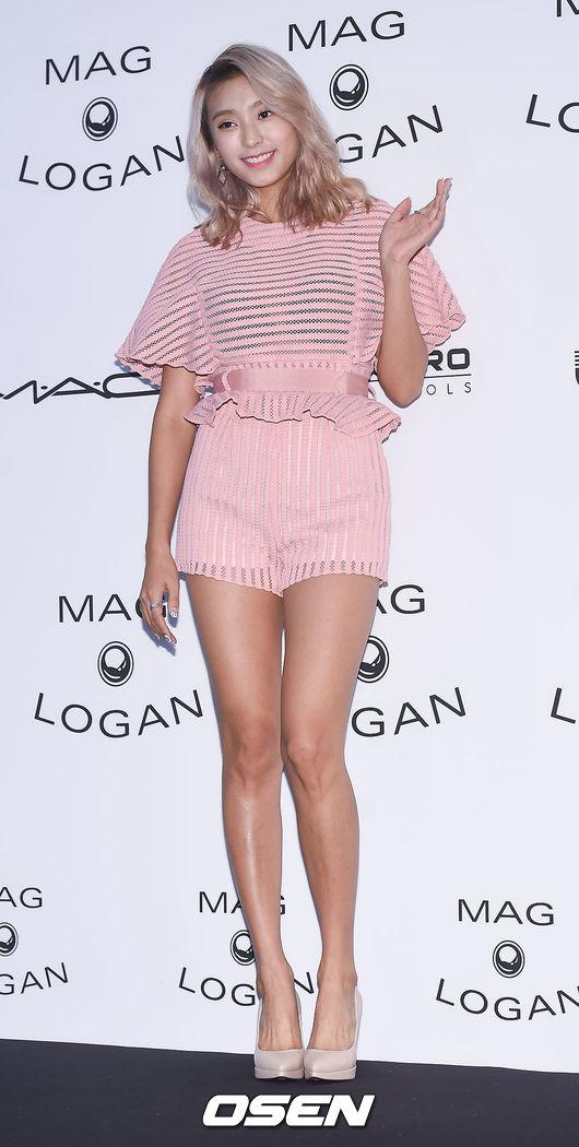 性感怎麼可以少了SISTAR裡號稱擁有最細腳踝的寶拉! 粉紅透視裝加上金色短髮整個超級夏天!