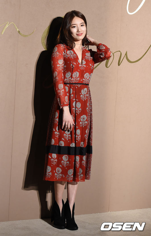 還有去年出席活動時的這件大紅色連身裙,都證明了秀智不僅有「國民初戀 」的清純,更有「國民女神 」的強大氣場。