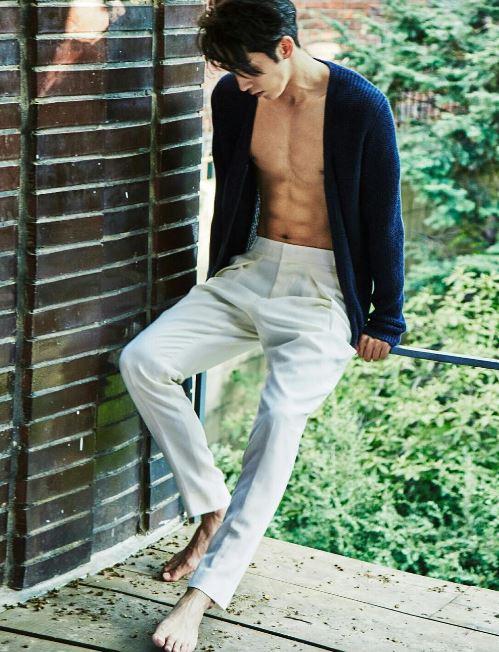 話說南柱赫近日在畫報採訪中提到自己由模特兒轉型成演員的心境,南柱赫表示:「當拍完一部作品之後,我會產生自信感,但開始要接觸下一部作品的時候,就會感到很挫折。」