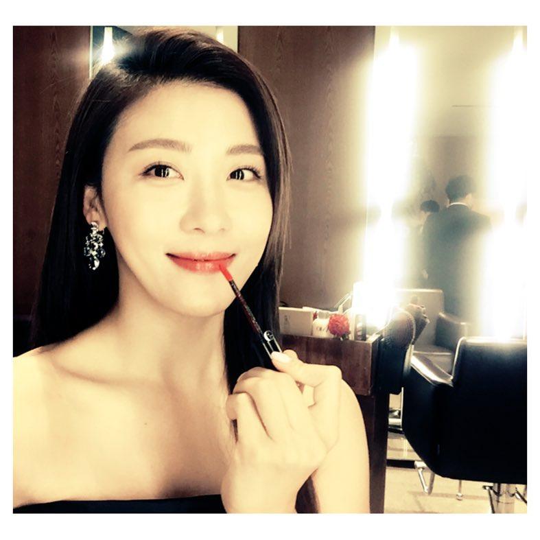 而演出韓版我可能不能愛你《愛你的時間》的河智苑也在劇中使用了這支奢華絲絨訂製唇萃的#506