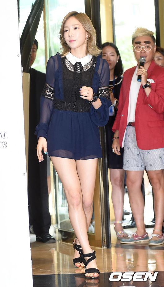 雖然,腿真的很美...但...這雪紡裙(?)有一種超清涼的感覺~~